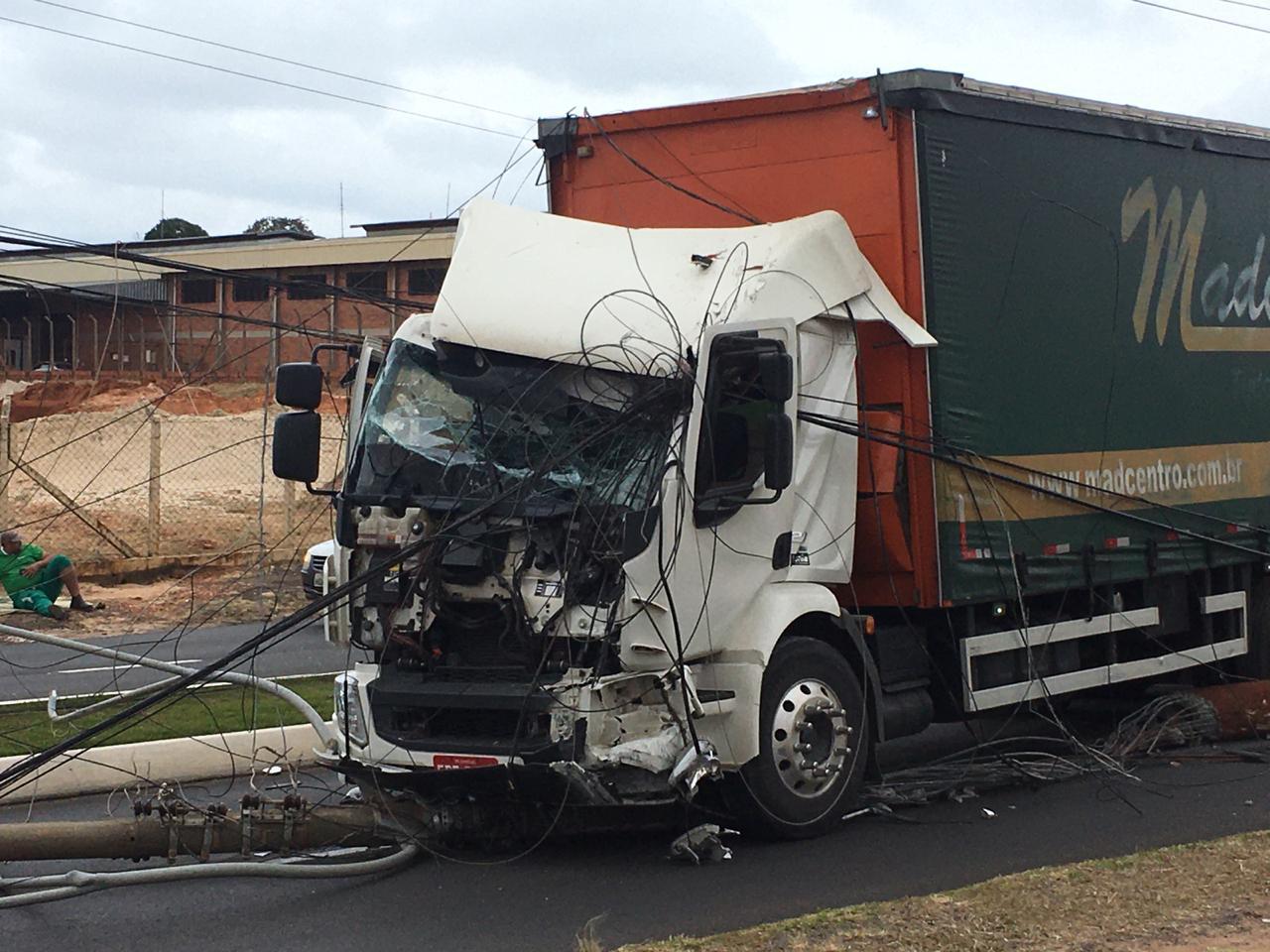 Motorista de caminhão derruba poste de avenida Dante