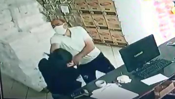 Vídeo mostra homem roubando loja no Centro e agredindo funcionária; assista