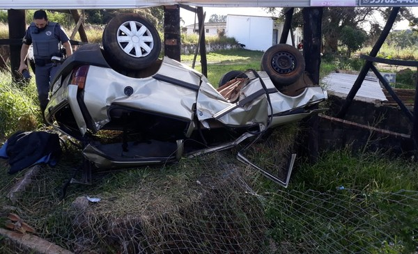 Motorista fica ferido após perder o controle de carro, invadir terreno, bater em placa e capotar, em Avaré