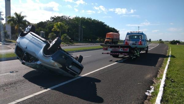 Motorista fica ferido após carro capotar na Rodovia Comandante João Ribeiro de Barros