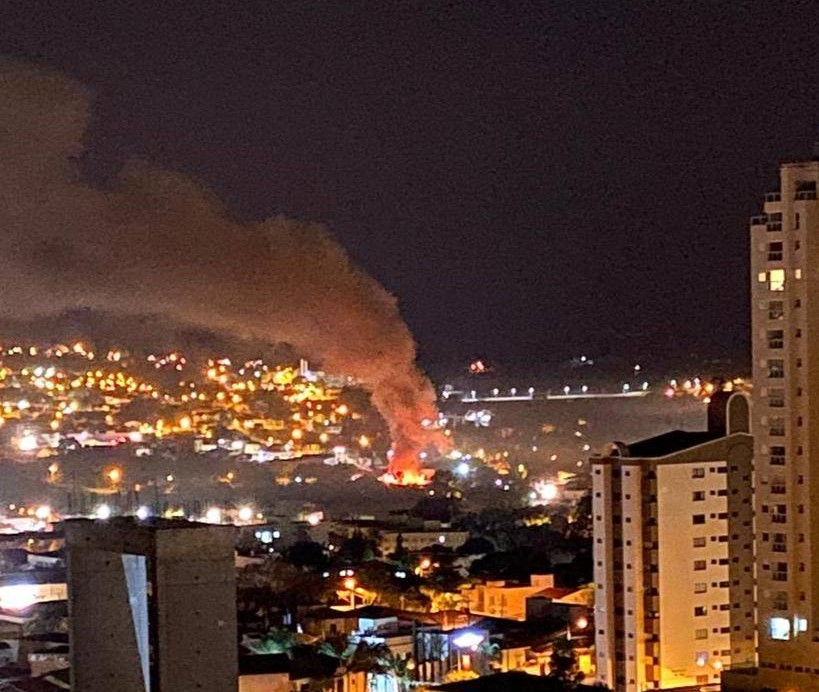 Incêndio de grandes proporções destrói almoxarifado da Secretaria de Saúde; assista aos vídeos